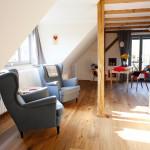 Wohnbereich mit zwei gemütlichen Lesesesseln