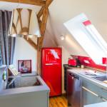 voll ausgestattete Küche mit nostalgischen Kühlschrank